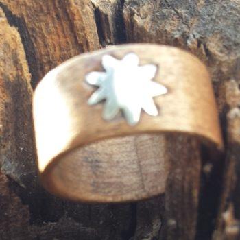 Anello in legno realizzato a mano con inserto in argento.