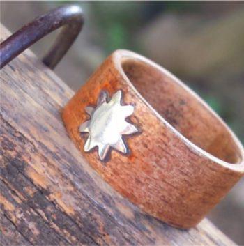 Anello in legno realizzato a mano con inserto in argento. eden gioielli